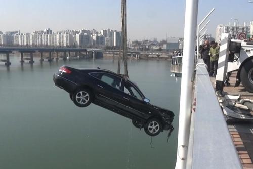 승용차 한 대가 광진교 아래로 떨어져 운전자가 사망했다./사진=서울 강동소방서 제공