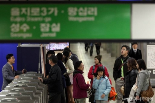 6일 서울 지하철 2호선 서초역에서 열차의 출입문이 고장나 승객들이 불편을 겪었다. /사진=머니투데이
