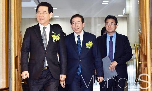 [머니S포토] 공공급식-도농상생 정책실현 협약식에 참석한 김영록과 박원순
