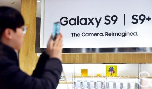 한 시민이 갤럭시S9 체험존에서 갤럭시S9을 살펴보고 있다. /사진=임한별 기자