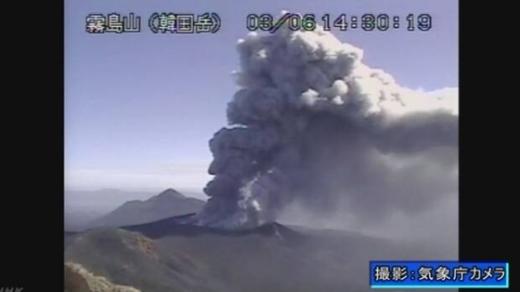 일본 미야자키(宮崎)현과 가고시마(鹿兒島)현에 걸쳐 있는 신모에다케에서 6일 오후 2시27분쯤 7년 만에 폭발적 분화가 발생했다. /사진=뉴스1(NHK 갈무리 캡처)