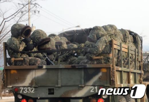 지난 겨울 강원 화천군에서 장병들이 방한복으로 완전 무장한 채 혹한기 훈련을 위해 군차량을 타고 이동하고 있다. 사진/뉴스1