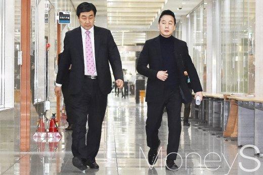 성추행 의혹을 받는 정봉주 전 의원이 지난 12일 서울 여의도 국회에서 성추행 논란에 대한 입장을 밝히기 위해 이종걸 의원과 함께 정론관으로 이동하고 있다. /사진=임한별 기자