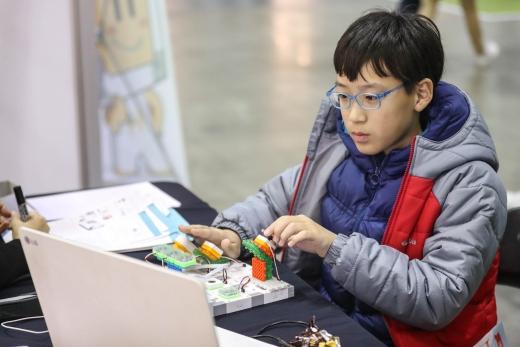 지난해 소프트웨어 교육 페스티벌이 열린 경기 고양시 일산킨텍스에서 한 학생이 코딩교육 체험을 하고 있다. /사진=뉴스1