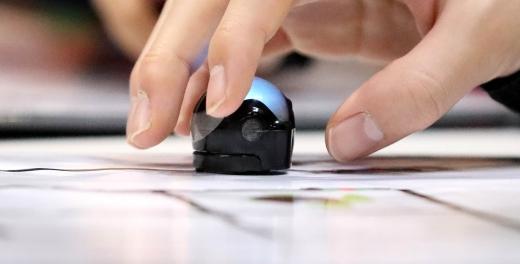 지난해 열린 소프트웨어 교육 페스티벌에서 한 학생이 코딩로봇을 다루고 있다. /사진=뉴시스