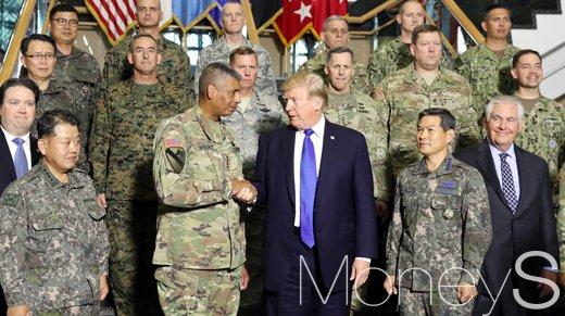 지난해 11월 아시아 순방길에 오른 도널드 트럼프 미국 대통령 브룩스 주한미군사령관과 악수하고 있다./사진=사진공동취재단