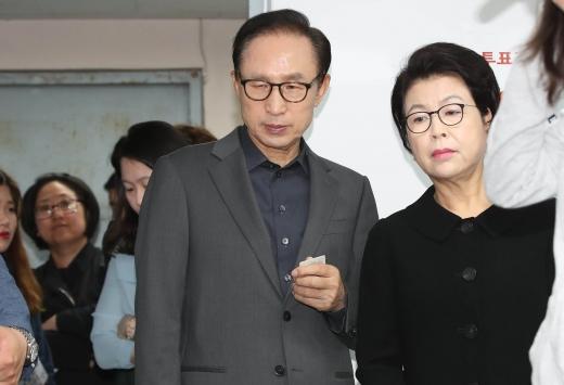 이명박 전 대통령(왼쪽)과 김윤옥 여사(오른쪽). /사진=뉴시스