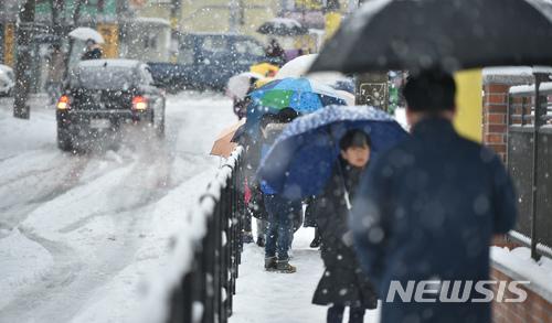 지난 8일 오전 대구 동구 송정초등학교 앞에서 학생들이 우산을 쓰고 등교를 하고 있다.  /사진=뉴시스