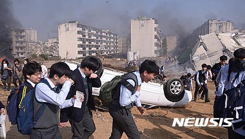 2016년 10월 서울시 강동구 상일동 고덕3단지 재건축단지 일대에서 민관 합동으로 실시된 민방위 훈련. /사진=뉴시스