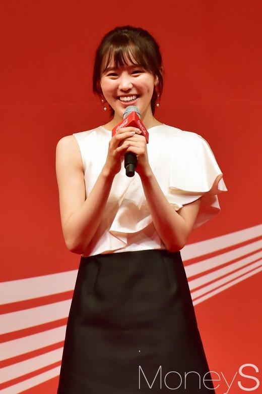 [머니S포토] 미소만발 김아랑, '썸탈꺼야' 열창