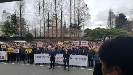 금호타이어 일반직 대표단이 21일 광주 공장에서 '해외매각 찬성' 성명을 발표하고 있다. /사진=독자제공