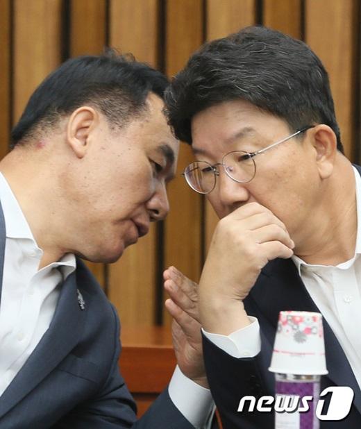 자유한국당 염동열 의원(왼쪽)과 권성동 의원. /사진=뉴스1