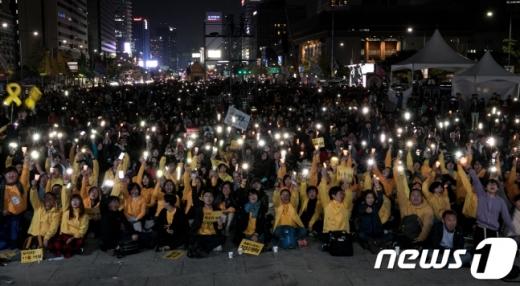 지난해 10월 28일 서울 광화문광장에서 '촛불 1주년 대회, 촛불은 계속된다' 행사가 열리고 있다. /사진=뉴스1