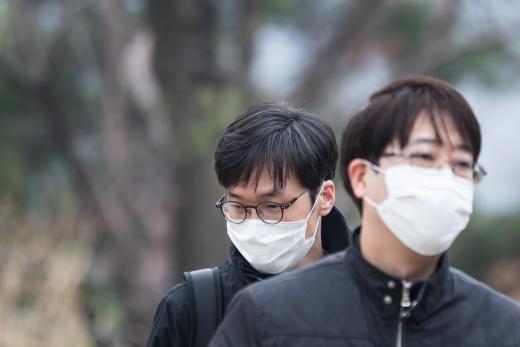 시내에 미세먼지 농도가 높아지자 시민들이 마스크 착용을 하고 있다. /사진=뉴스1 DB