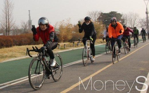 경기 구리시 인근 한강 자전거도로를 달리며 포즈를 취하는 스티븐스 전 대사(두번째).