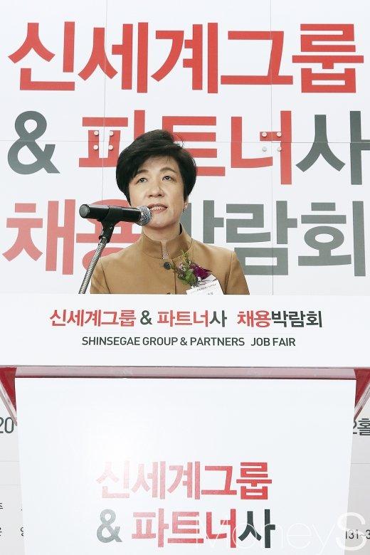 [머니S포토] 신세계 채용박람회, 축사 하는 김영주 장관