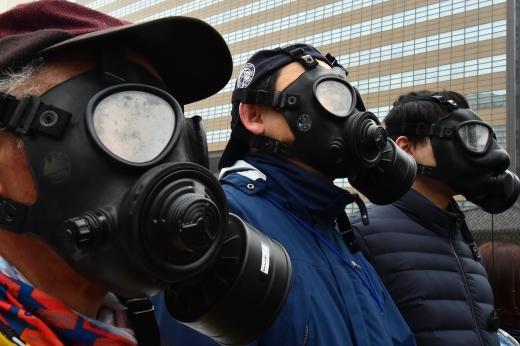 올 들어 미세먼지가 가장 높게 측정된 지난 26일 서울시민들이 방독면을 쓴 채 출근하고 있다./사진=임한별 기자