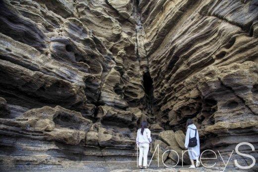 제주 용머리해안, 겹겹이 쌓인 지층구조가 태초의 제주를 상상하게 한다. /사진제공=이하 한국관광공사
