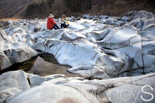 신비한 하얀색의 돌들이 장관을 이룬 청송 백석탄.