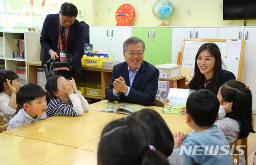 문재인 대통령이 지난 4일 오후 서울 성동구 경동초등학교 온종일 돌봄교실을 방문해 1일 돌봄 체험을 하고 있다. /사진=뉴시스