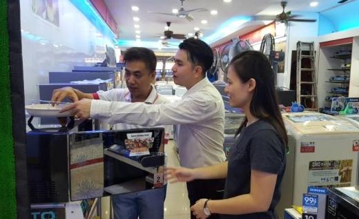 말레이시아 쿠알라룸푸르 가전매장 이킨마켓에서 대우전자 바틱 문양 프라이어 오븐을 구경하고 있는 현지 소비자들 모습. / 사진=대우전자