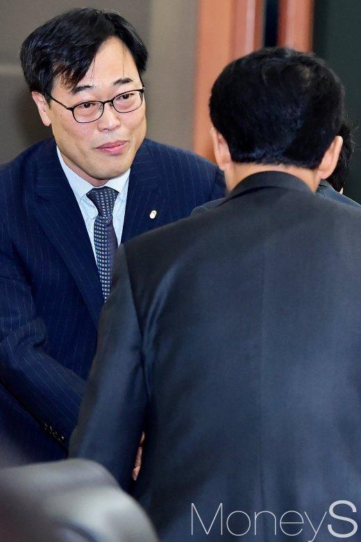[머니S포토] 증권사 대표들과 인사 나누는 김기식 금감원장