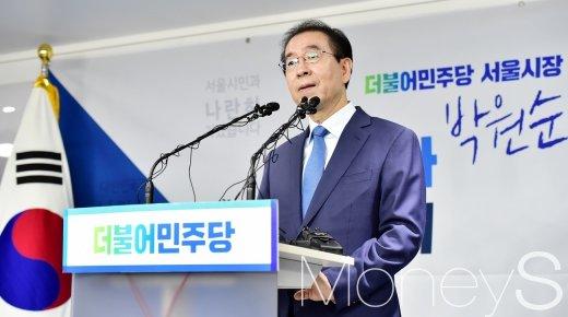 [머니S포토] '김기식 외유' 질문 듣는 박원순 시장