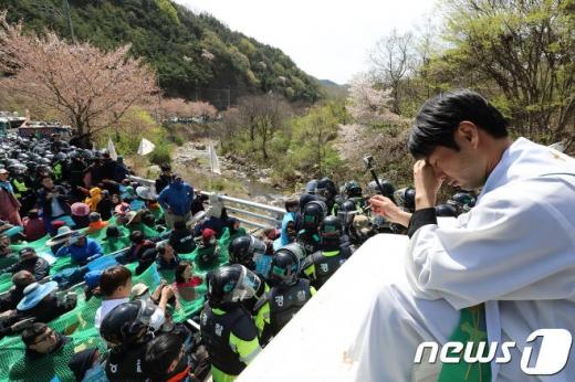 정의구현사제단 신부가 경찰과 사드반대 단체·주민의 몸싸움을 보며 눈물을 흘리고 있다./사진=뉴스1