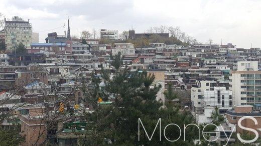 서울시가 5월2일까지 20일간 시내 89만3968필지를 대상으로 2018년 개별공시지가(안) 열람을 실시한다. 사진은 서울 성북구의 한 주택가. /사진=김창성 기자