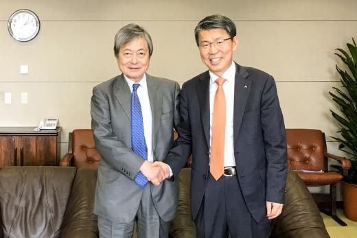 은성수 수은 행장(오른쪽)과 아키라 곤도 JBIC총재가 12일 일본 JBIC 본사에서 고위급 회담을 갖고 두 공적수출신용기관간 협력 강화 방안을 논의한 후 악수를 하고 있다./사진=수출입은행