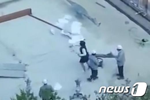 이명희 일우재단 이사장으로 추정되는 여성이 직원에게 갑질을 하는 모습의 영상이 공개돼 파문이 일고 있다. /사진=해당 영상 캡처