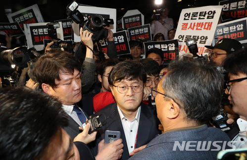 25일 오후 서울 중구 TV조선 사옥 앞에서 TV조선 기자들이 경찰의 압수수색 시도에 반발하며 대치하고 있다. /사진=뉴시스