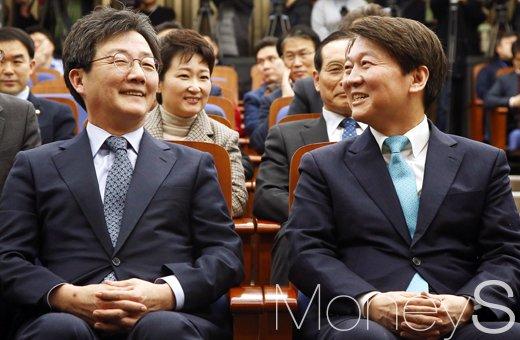 바른미래당 유승민(왼쪽) 공동대표와 안철수 서울시장 후보./사진=임한별 기자