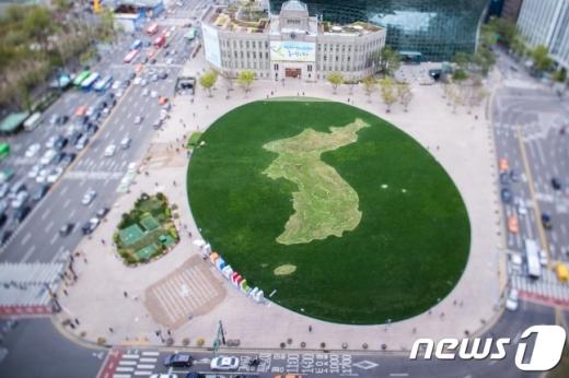 서울 중구 서울시청 앞 광장에 한반도 모양의 꽃밭이 조성돼 있다. /사진=뉴스1