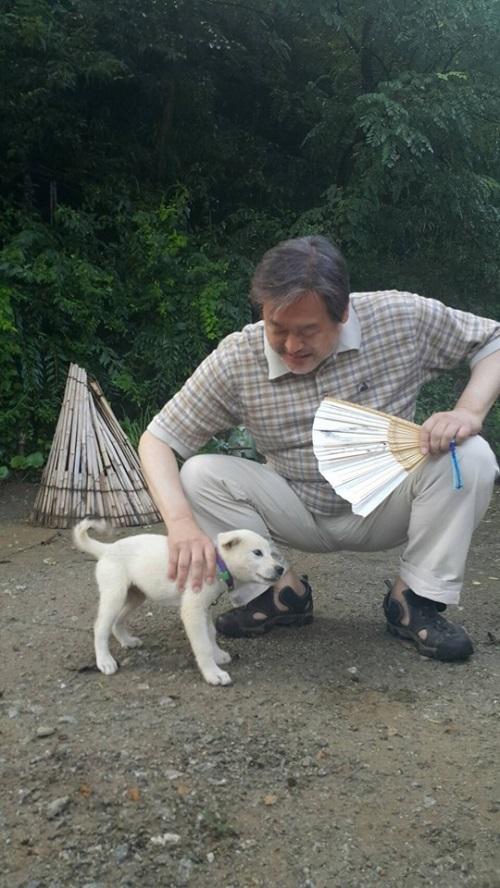 강아지와 놀고 있는 김무성 자유한국당 의원. /사진=김무성 의원 페이스북