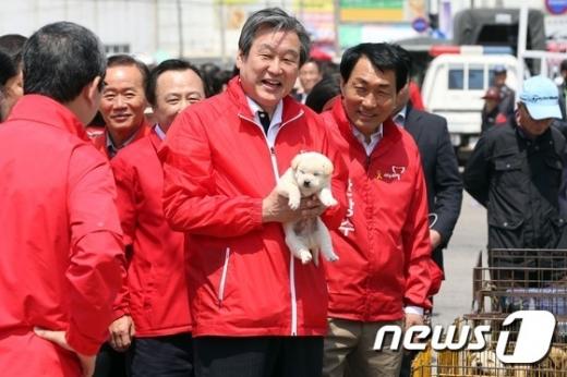 강아지를 든 김무성 자유한국당 의원/사진=뉴스1