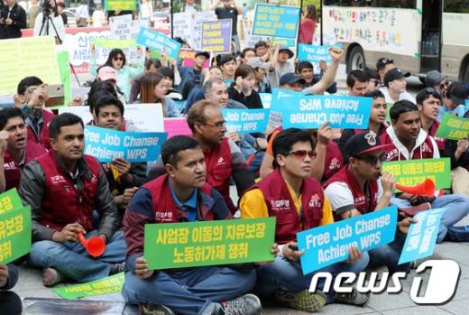 이주노동자들이 29일 오후 서울 종로구 보신각 앞에서 '이주노동자 메이데이 결의대회'를 열고 구호를 외치고 있다. /사진=뉴스1
