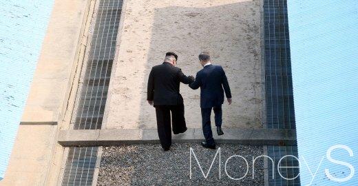 지난 27일 2018 남북정상회담이 열렸다. 이날 문재인 대통령과 김정은 북한 국무위원장은 판문점 분리선에서 만나 악수를 나눴다./사진=한국공동사진기자단