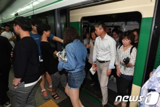 서울 2호선이 교대역에서 열차 고장으로 지연운행되고 있다./사진=뉴스1