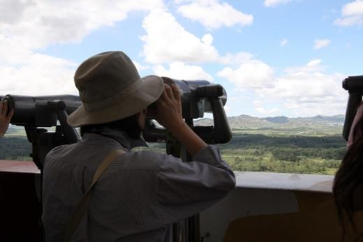 도라전망대에서 망원경으로 북측을 살펴보는 DMZ관광 탐방객들. /사진제공=경기관광공사, 파주시(이하 각 지자체)