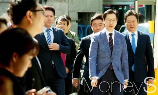 [머니S포토] 참고인 신분으로 경찰 출석한 김경수 의원