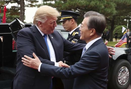 문재인 대통령이 지난해 11월  청와대에 도착한 도널드 트럼프 미국 대통령과 인사를 나누고 있다. /사진=뉴스1