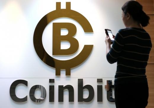 지난달 30일 오후 서울 서초구 신규 암호화폐 거래업체 코인빗(CoinBit) 사무실에서 직원이 업무를 보고 있다./ 사진=뉴스1