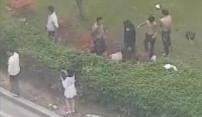 지난달 30일 오전 6시쯤 광주 광산구 수완동에서 30대 남성이 택시를 먼저 타려했다는 이유로 시비가 붙어 집단폭행을 당해 실명 위기에 처했다. 사진은 당시 폭행 영상. (페이스북 동영상 갈무리)/ 사진=뉴스1