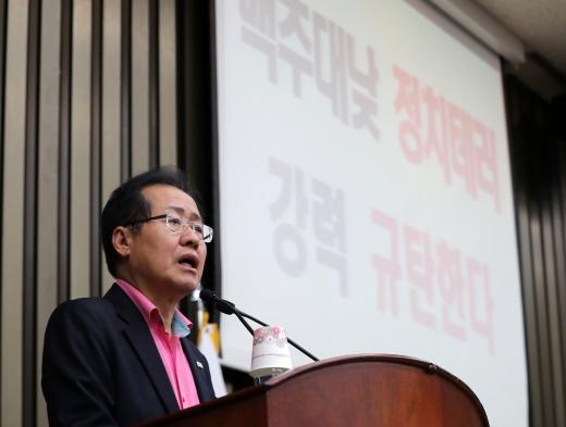 홍준표 자유한국당 대표가 5일 저녁 서울 여의도 국회에서 열린 긴급 의원총회에서 모두발언을 하고 있다./사진=뉴스1