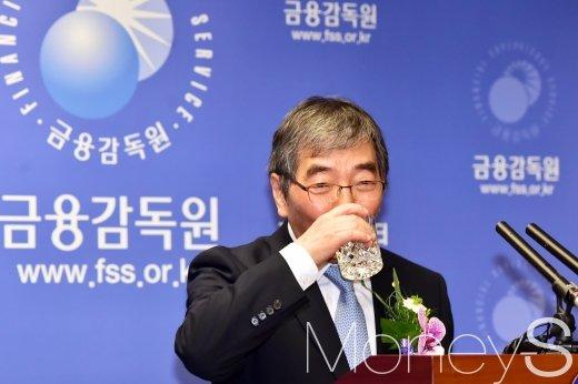 [머니S포토] 목 축이는 윤석헌