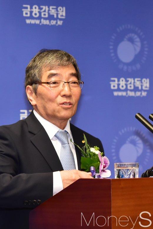 [머니S포토] 취재진 질문에 답하는 윤석헌 신임 금감원장