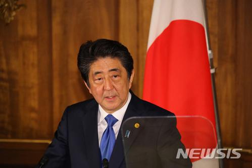 """아베 신조 일본 총리는 10일 북한에 억류돼 있던 한국계 미국인 3명이 석방된 데 대해 """"북한의 전향적인 자세로서 환영한다""""고 전했다. /사진=뉴시스"""