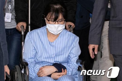 국정농단의 핵심인물 최순실 씨가 10일 오전 서울 강동구 강동성심병원으로 입원하고 있다. /사진=뉴스1