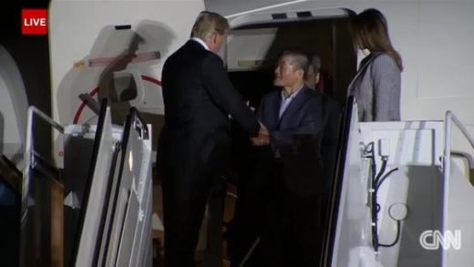 도널드 트럼프 미국 대통령이 북한 억류 미국인을 반기고 있다./사진=CNN 캡처